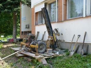 zpevnění základů budovy